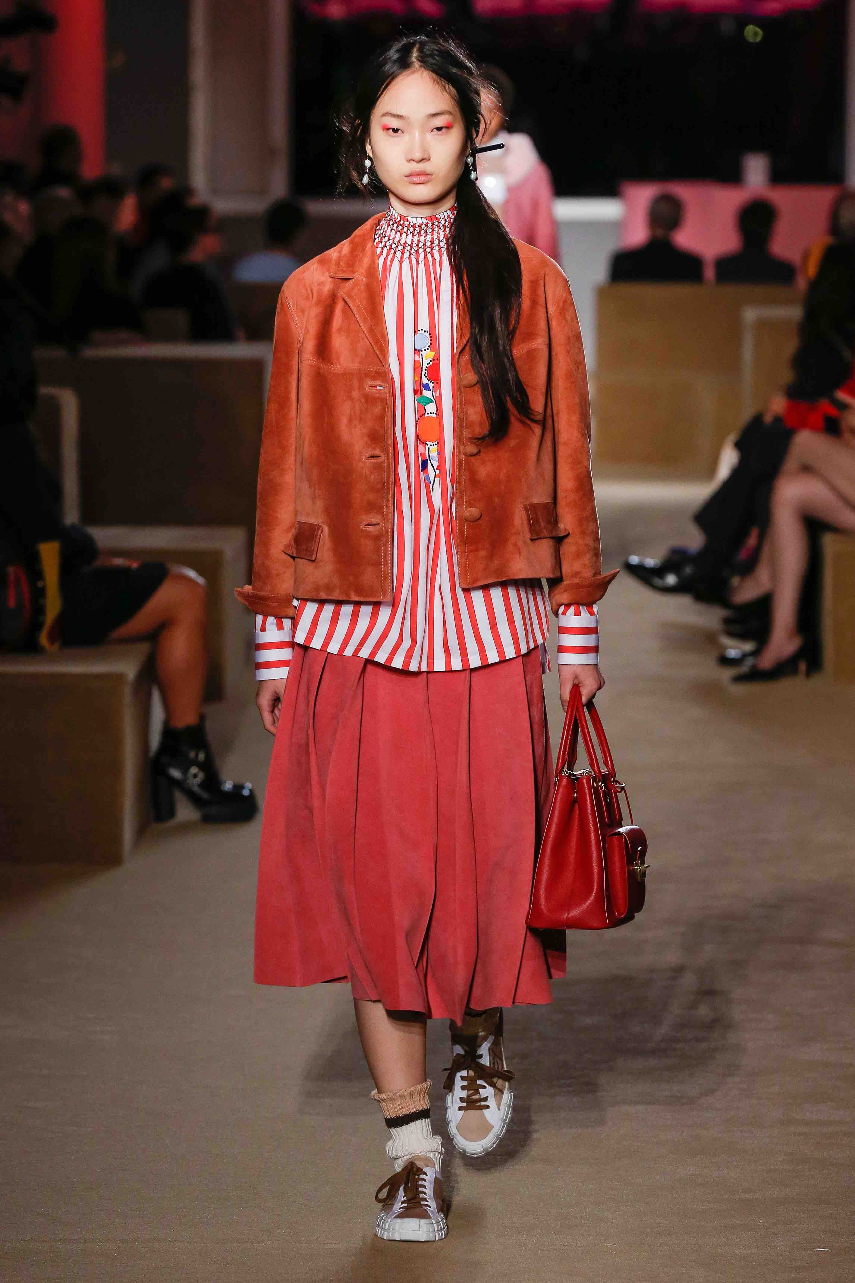 prada resort 2020 red pleated skirt