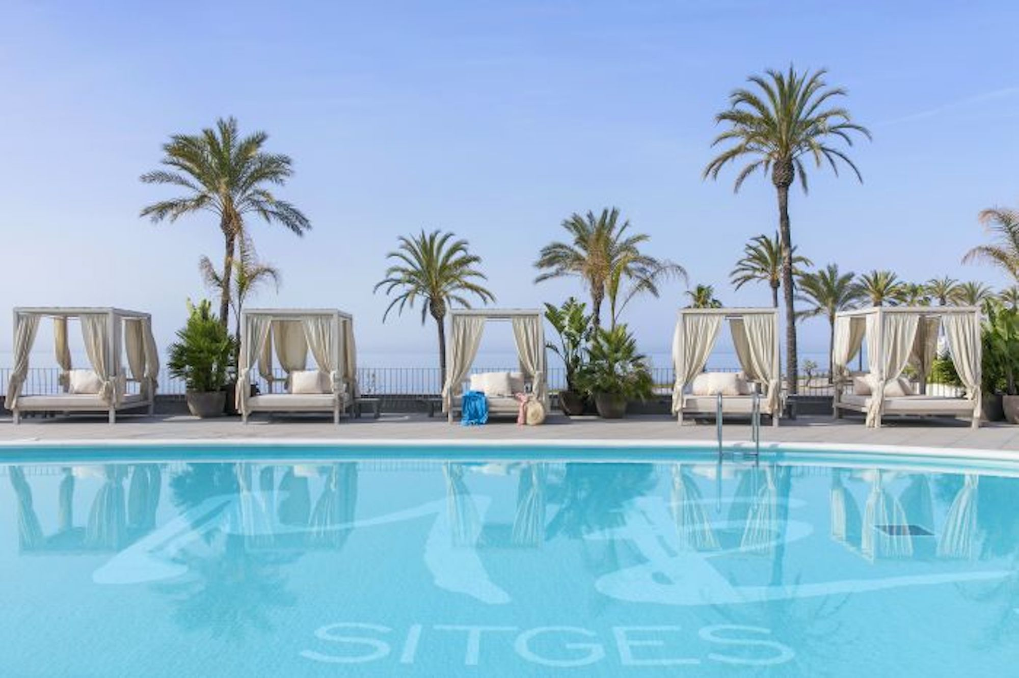 Sitges pool Bali beds